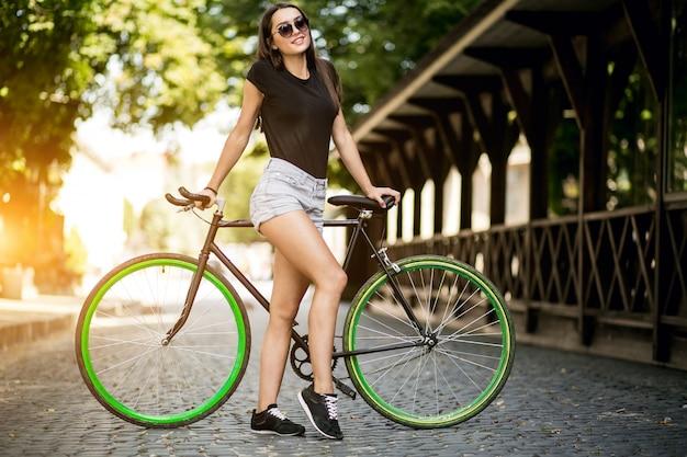 Menina em uma bicicleta