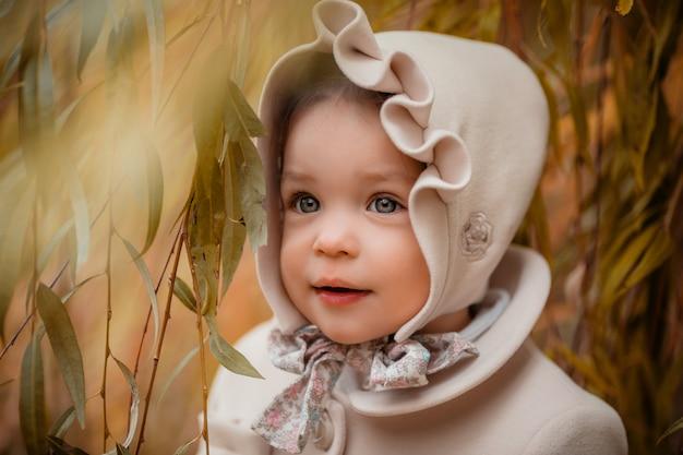 Menina em uma caminhada no parque do outono