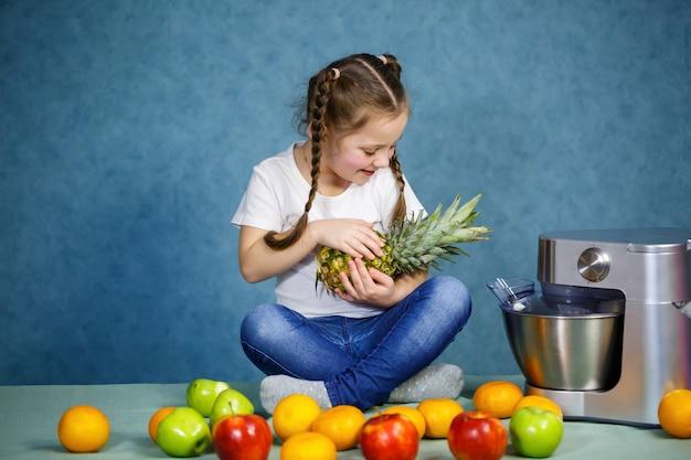 Menina em uma camiseta branca adora frutas. ela segura um abacaxi nas mãos