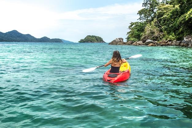 Menina em uma canoa