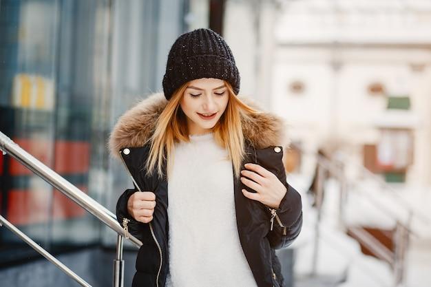 Menina em uma cidade de inverno