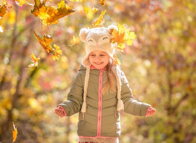 Menina em uma floresta de outono