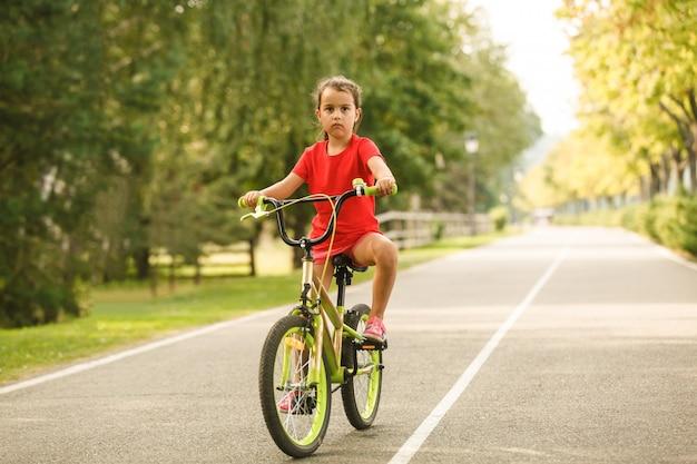 Menina em uma manhã de primavera de bicicleta