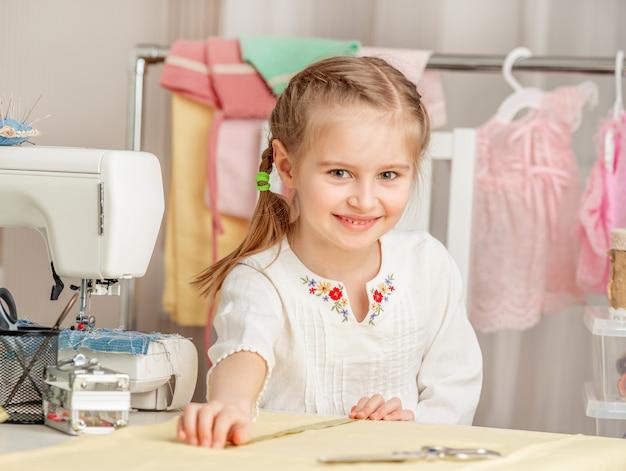 Menina em uma oficina de costura