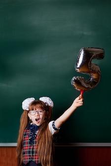 Menina, em, uniforme escola, feliz, gritos, ligado, a, fundo, de, chalkboard