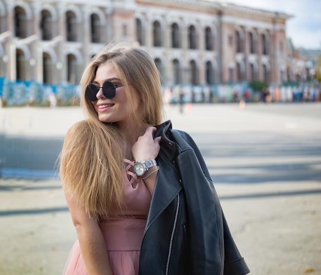 Menina em viagem por antigas cidades europeias