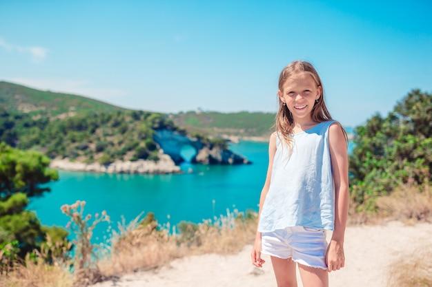 Menina em viagens de férias, bela paisagem