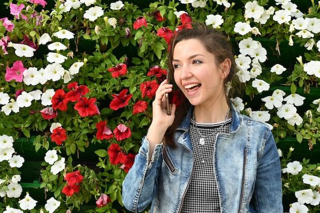 Menina emocionalmente falando ao telefone