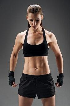 Menina encantada posando no sportswear em um cinza