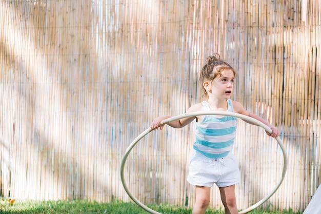 Menina encantadora com aro de hula