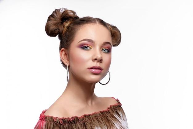Menina encantadora com bela arte maquiagem e penteado da moda