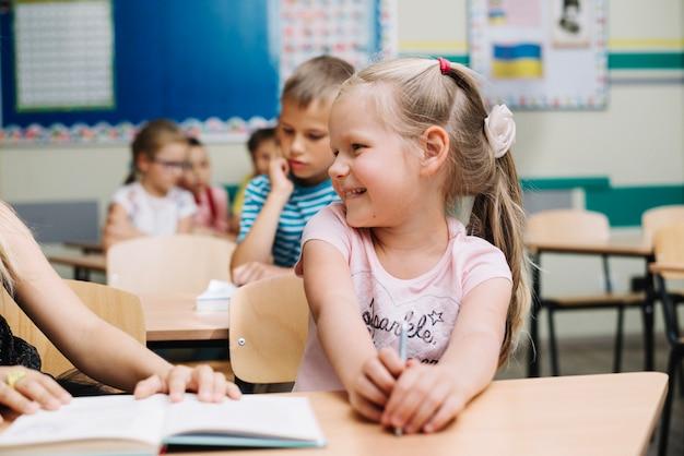 Menina encantadora com colega de classe na escola