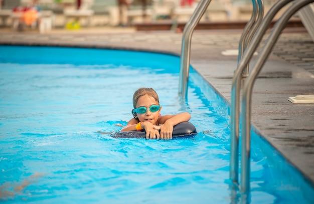 Menina encantadora com óculos de natação