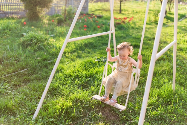 Menina encantadora ri jogando no campo
