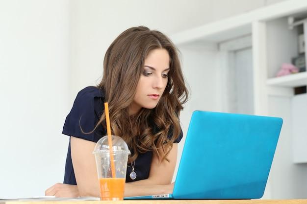 Menina encaracolada com laptop