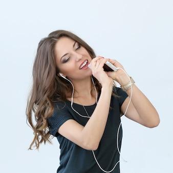 Menina encaracolada com telefone móvel