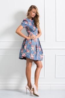 Menina encaracolada em lindo vestido