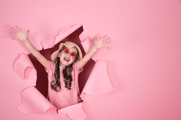 Menina engraçada com óculos em fundo colorido