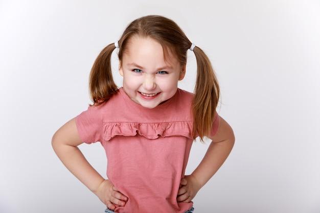 Menina engraçada com uma emoção dissimulada no rosto