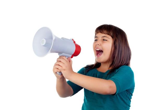 Menina engraçada louca gritando através de um megafone