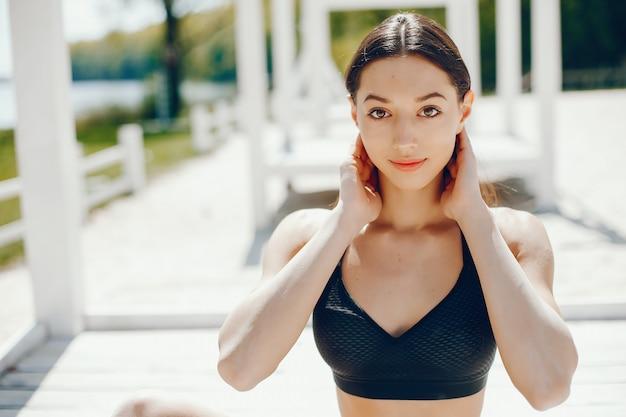 Menina ensolarada na praia