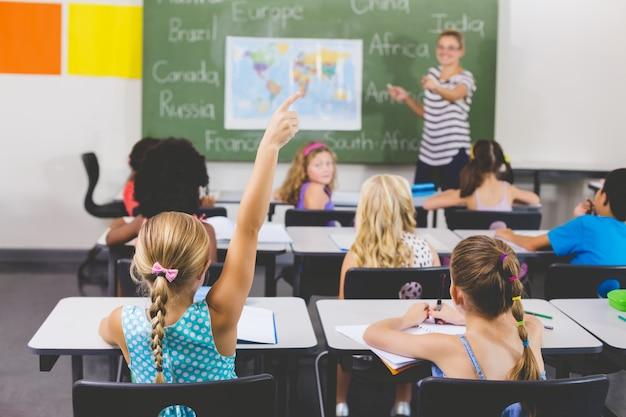 Menina escola, levantando mão, em, sala aula