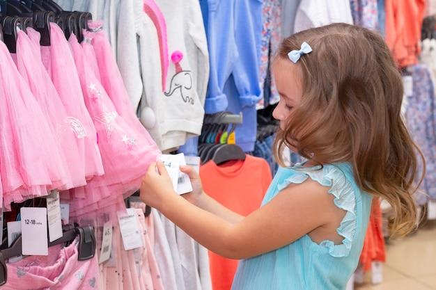 Menina escolhe roupas