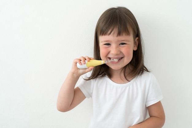 Menina escova os dentes ela mesma