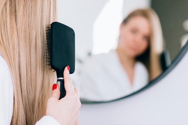 Menina, escovar, dela, cabelo, em, a, banheiro