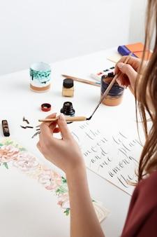 Menina escrevendo caligrafia em cartões postais. design de arte.