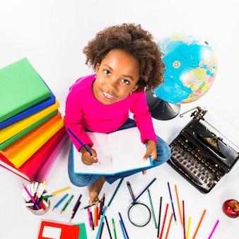Menina, escrita, em, caderno, em, estúdio