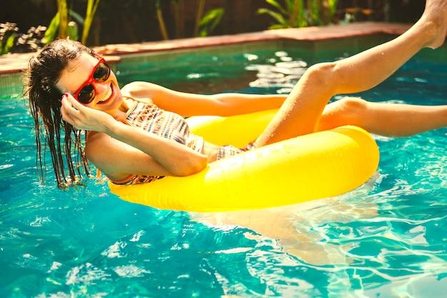 Menina, esfriando baixo, em, um, piscina