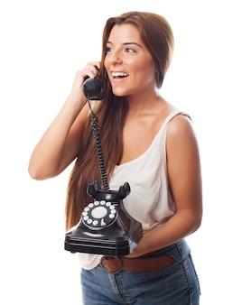 Menina espantada com telefone giratório