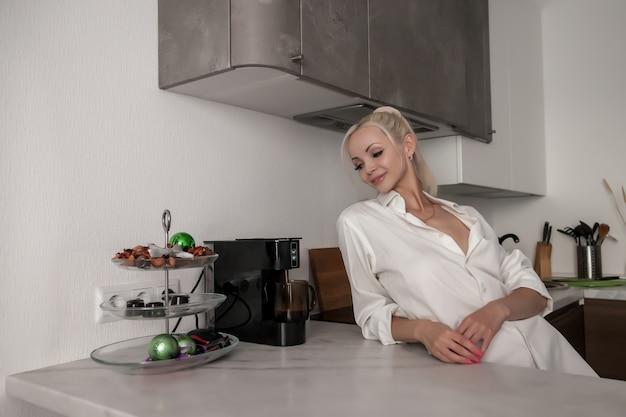 Menina esperando o café ser feito na máquina de café.