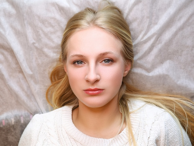 Menina esperando sobrancelha procedimento permanente