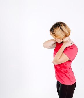 Menina esportiva que sofre de dor no pescoço