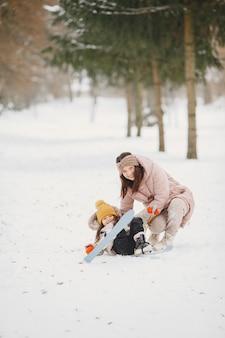 Menina esquiando com a mãe Foto gratuita