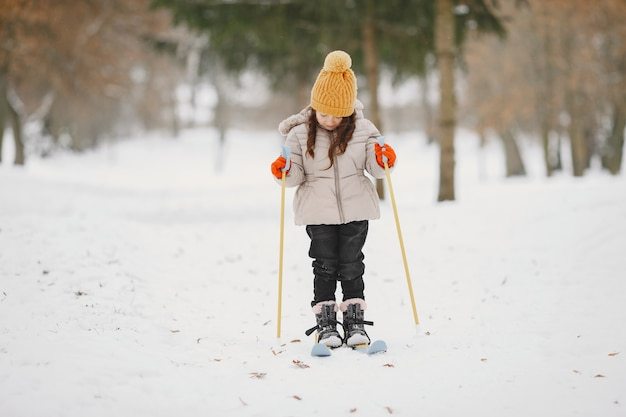 Menina esquiando cross-country