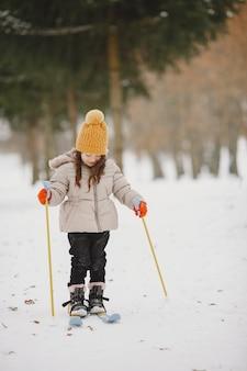 Menina esquiando cross-country Foto gratuita