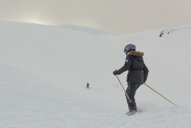 Menina, esquiando, ligado, neve coberta, montanha, whistler, columbia britânica, canadá