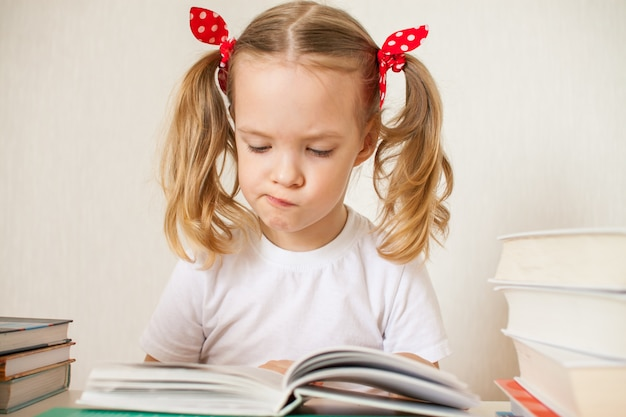 Menina está aprendendo lições em casa. educação escolar em casa