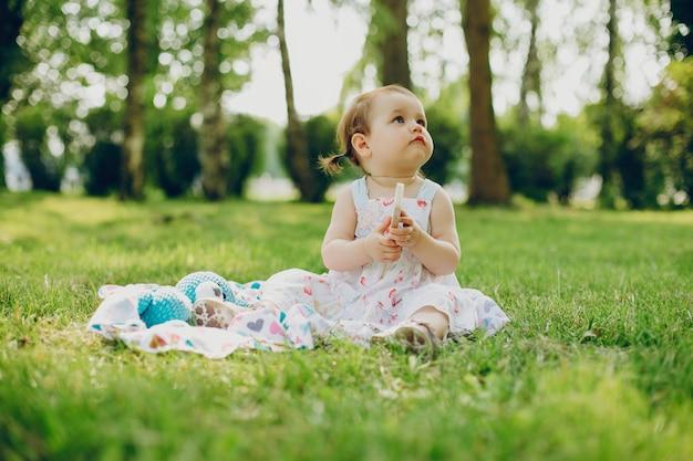 Menina está descansando no parque