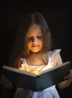 Menina está lendo um livro de magia