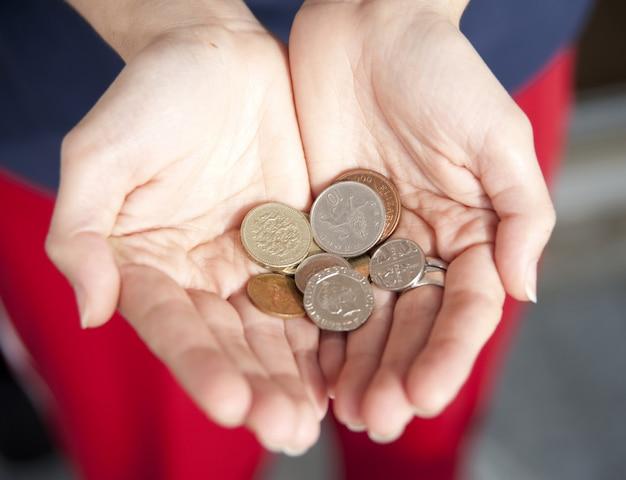 Menina está segurando na mão grã-bretanha dinheiro