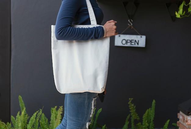 Menina está segurando o saco em branco