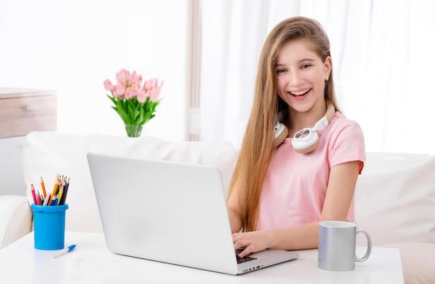 Menina está usando laptop no lazer