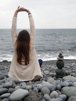 Menina esticando os braços