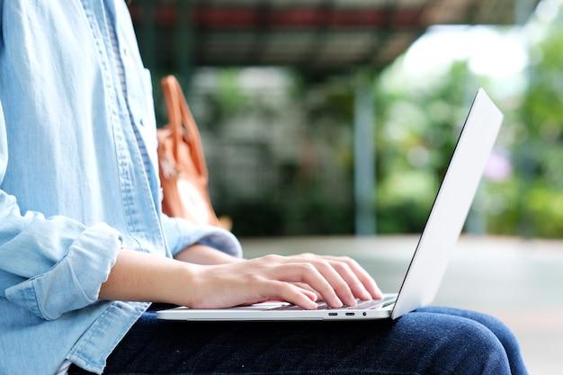 Menina estudante, usando computador portátil, educação online, adulto, aprendizagem, conceito