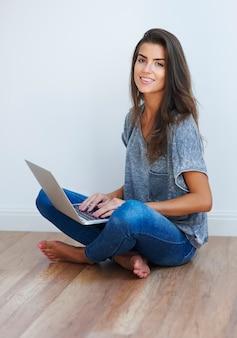 Menina examinando a internet no chão