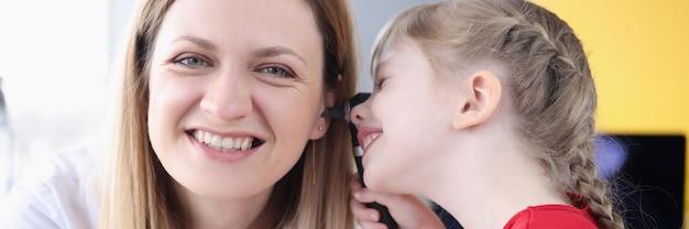 Menina examinando o ouvido do médico no diagnóstico clínico e tratamento de doenças do ouvido em